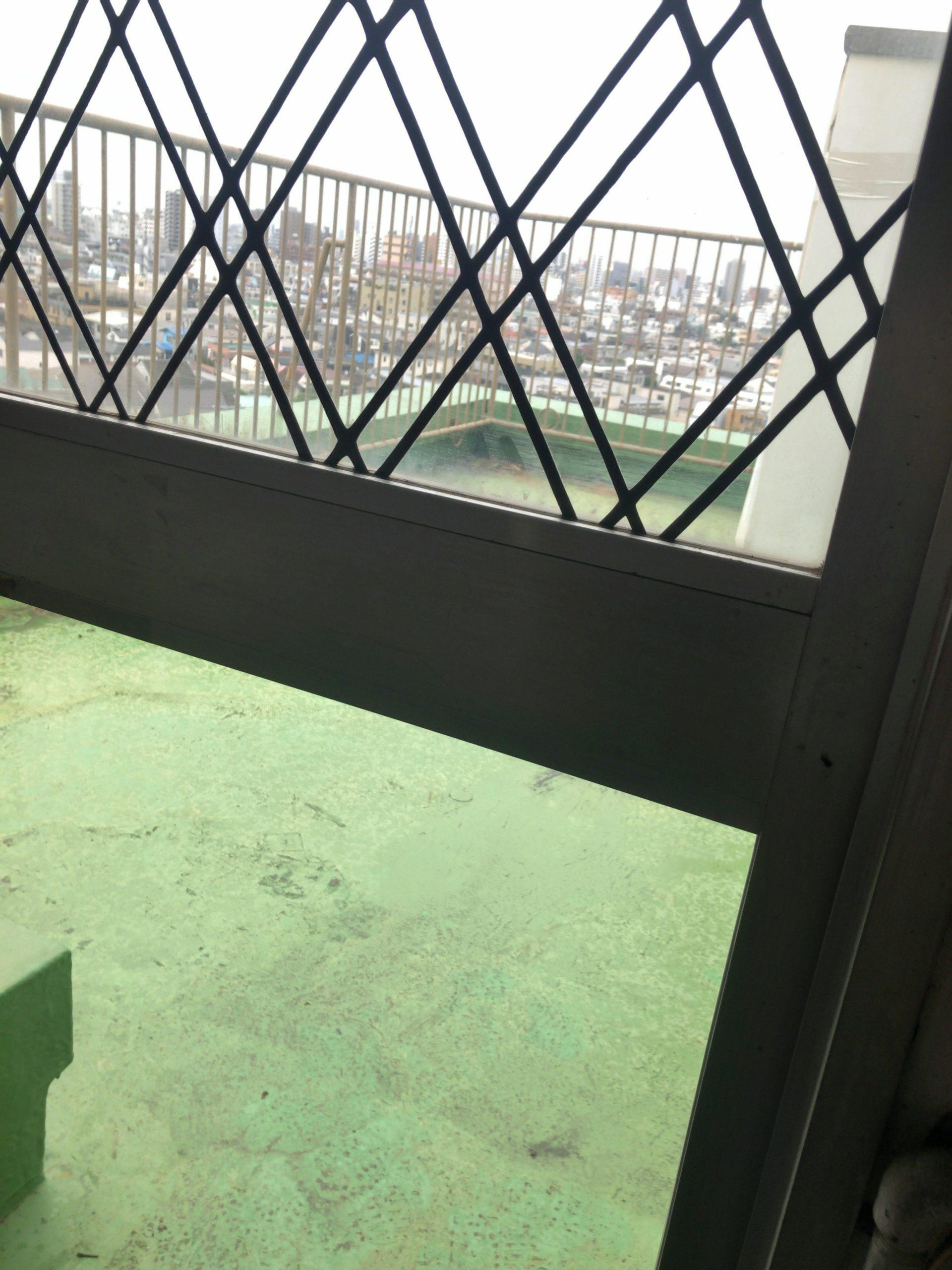 理想のおうちスタジオに向かっての第一歩。窓ガラスの修理が済みました。